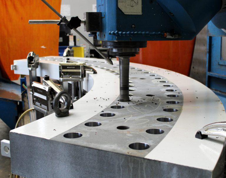 Bohrungsbearbeitung der Lastverteilerplatten (4 Stk. - je ca 3,50m x 1,0m – 2,0t) auf unserem CNC-Bearbeitungszentrum